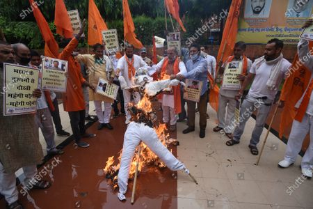 Members of United Hindu Front burn an effigy of Bollywood actor Aamir Khan to protest against his visit to Turkey, at Hindu Mahasabha, Mandir Marg, on August 19, 2020 in New Delhi, India.