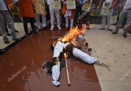 Stock Image of Members of United Hindu Front burn an effigy of Bollywood actor Aamir Khan to protest against his visit to Turkey, at Hindu Mahasabha, Mandir Marg, on August 19, 2020 in New Delhi, India.