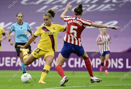 Merel van Dongen (R) of Atletico in action against Lieke Martens (L) of Barcelona during the UEFA Women Champions League quarter final match between Atletico Madrid and Barcelona in Bilbao, Spain, 21 August 2020.