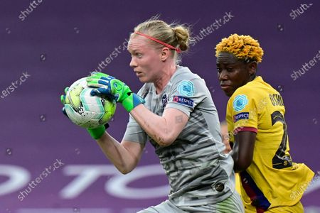 Atletico Madrid's goalkeeper Hedvig Lindahl, left, catches the ball in front of Barcelona's Asisat Oshoala during the Women's quarter-final Champions League soccer match between Atletico Madrid and Barcelona at the San Mames stadium in Bilbao, Spain