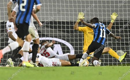 Victor Moses of Inter (R) fails to score during the UEFA Europa League final match between Sevilla FC and Inter Milan in Cologne, Germany 21 August 2020.