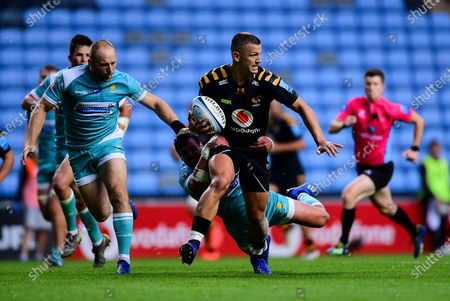 Ryan Mills of Wasps is marked by Chris Pennell of Worcester Warriors and Francois Venter of Worcester Warriors