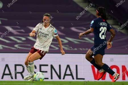 Lisa Evans (#17 Arsenal) against Perle Morroni (#20 Paris Saint-Germain) in action