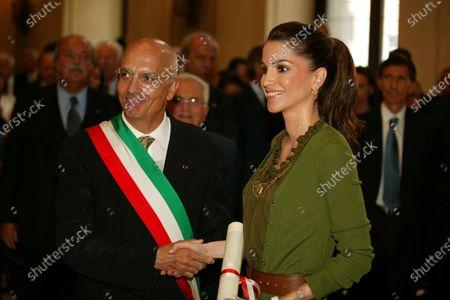 Her Majesty Queen Rania receiving honorary citizenship of Milan AwardMilan,ItalySeptember 2005