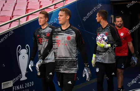 Manuel Neuer, Sven Ulreich and Ron-Thorben Hoffmann of FC Bayern Munich prepare to warm up prior to the UEFA Champions League Final match between Paris Saint-Germain and Bayern Munich at Estadio do Sport Lisboa e Benfica on August 23, 2020 in Lisbon, Portugal.