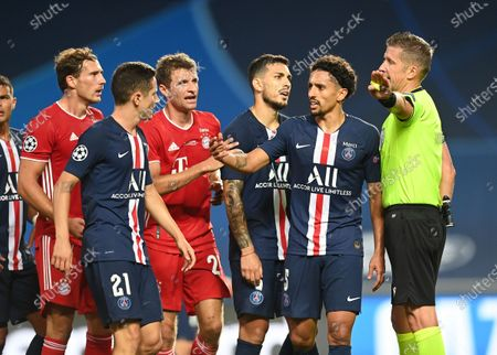 Leon Goretzka, Thomas Muller of FC Bayern Munich and Ander Herrera, Marquinhos, and Leandro Paredes of Paris Saint-Germain confront referee Daniele Orsato during the UEFA Champions League Final match between Paris Saint-Germain and Bayern Munich at Estadio do Sport Lisboa e Benfica