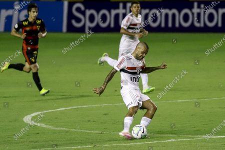 Daniel Alves of Sao Paulo takes a shot on goal; Estadio Ilha do Retiro, Recife, Pernambuco, Brazil; Brazilian Serie A