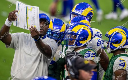 Rams assistant special teams coach Tory Woodbury, left, with players before scrimmage at SoFi Stadium Saturday, Aug. 22, 2020 in Inglewood, CA. Brian van der Brug / Los Angeles Times)