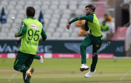 Mohammad Amir of Pakistan attempts a run out