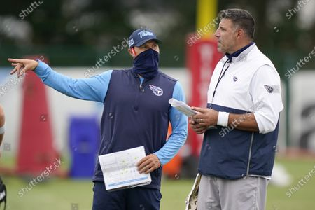Tennessee Titans head coach Mike Vrabel, right, talks with special teams coach Craig Aukerman during NFL football training camp, in Nashville, Tenn