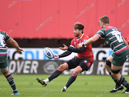 Danny Cipriani of Gloucester passes the ball down the line; Kingsholm Stadium, Gloucester, Gloucestershire, England; English Premiership Rugby, Gloucester versus Leicester Tigers.