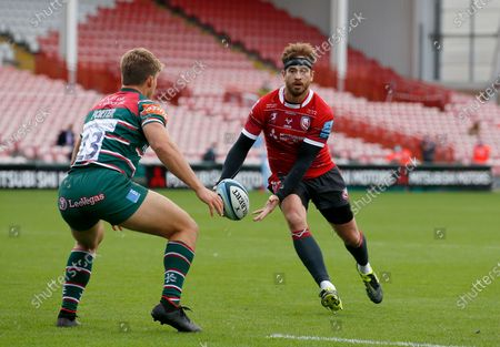 Danny Cipriani sets up the 3rd Gloucester Try with a deft pass to Ollie Thorley as Guy Porter of Leicester defends