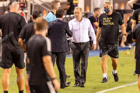 Minnesota United FC head coach Adrian Heath congratulates Houston Dynamo head coach Tab Ramos on his win at BBVA Stadium in Houston, Texas. Maria Lysaker / CSM