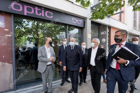 Relocation of Minister of Justice Eric Dupond-Moretti to the Gresilles district in Dijon. Discussions with an optician in the presence of the mayor of Dijon Francois Rebsamen, the prefect and the public prosecutor.