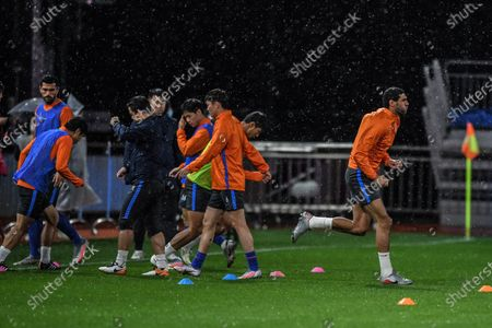 Marouane Fellaini (1st R) of Shandong Luneng warms up ahead of the 9th round match between Shandong Luneng and Jiangsu Suning at the postponed 2020 season Chinese Football Association Super League (CSL) Dalian Division in Dalian, northeast China's Liaoning Province, Sept. 3, 2020.