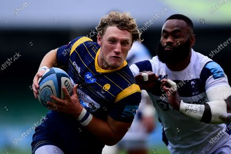 Tom Howe of Worcester Warriors is challenged by Semi Radradra of Bristol Bears