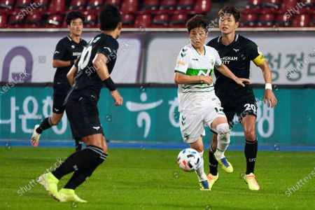 Lee Seung-gi of Jeonbuk Hyundai Motors FC dribbles the ball