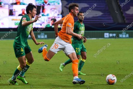 Leonardo Baptistao (C) of Wuhan Zall runs with the ball during the 9th round match between Wuhan Zall and Beijing Guoan at the postponed 2020 season Chinese Football Association Super League (CSL) Suzhou Division in Suzhou, east China's Jiangsu Province, Sept. 6, 2020.