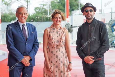 """(L-R) Director of the Festival Alberto Barbera, Alice Rohrwacher and Artist JR walk the red carpet ahead of the movie """"Omelia Contadina"""" And """"Narciso Em Ferias"""" at the 77th Venice Film Festival on September 07, 2020 in Venice, Italy."""