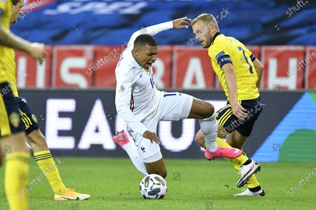 France´s Kylian Mbappé and Sweden's Sebastian Larsson during the UEFA Nations League football match between Sweden and France