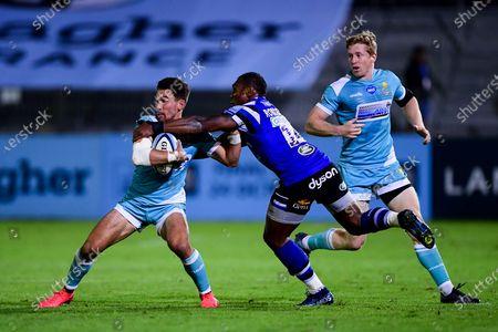 Nick David of Worcester Warriors is challenged by Semesa Rokoduguni of Bath Rugby
