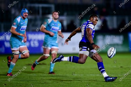 Semesa Rokoduguni of Bath Rugby chips the ball over the Worcester Warriors defence