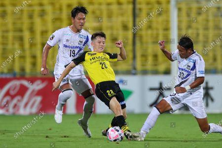 (L to R)  Kim Younggwon (Gamba),  Sachiro Toshima (Reysol),  Takashi Usami (Gamba) - Football / Soccer :  2020 J1 League match  between Kashiwa Reysol 3-0 Gamba Osaka  at Sankyo Frontier Kashiwa Stadium, Chiba, Japan.