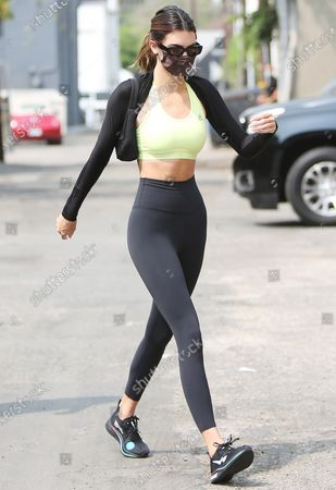 Stockafbeelding van Kendall Jenner is seen wearing a lime green top and black Nike leggings