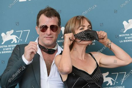 Thomas Jane, Radha Mitchell with protective mask in the shape of carnival mask