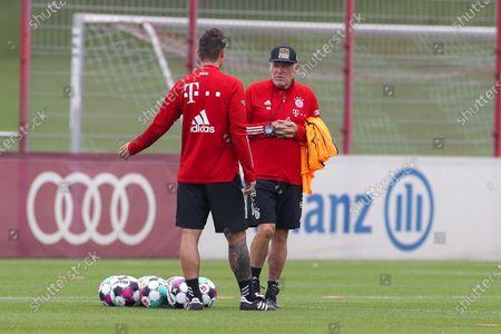 Miroslav Klose (FC Bayern Muenchen) and Hermann Gerland (FC Bayern Muenchen)