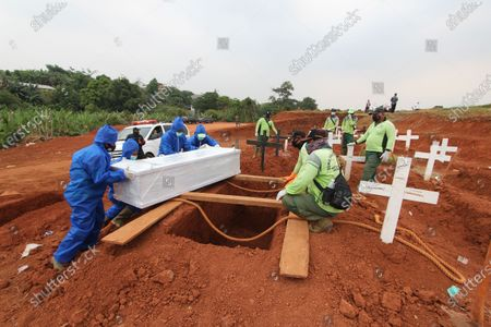 The funeral atmosphere for the Covid-19 body at the Pondok Rangon Public Cemetery (TPU), East Jakarta, Friday, September 11, 2020. As the number of residents exposed to more and more victims fell back, the number of burrows left for the bodies of Covid-19 patients at this burial site is only around 1,100 burrows. The Provincial Government of the Special Capital Region of Jakarta will also increase the carrying capacity for burial of the bodies of COVID-19 patients in the land of this public cemetery.