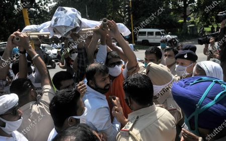 Members of BJP Yuva Morcha carry an effigy of Maharashta Prime Minister Uddhav Thackrey to burn in protest against Maharashtra government for their stand on actress Kangana Ranaut, at Sector 33 on September 10, 2020 in Chandigarh, India.