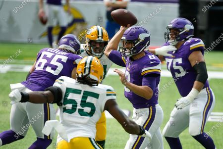 Minnesota Vikings quarterback Kirk Cousins (8) throws a pass ahead of Green Bay Packers outside linebacker Za'Darius Smith (55) during the first half of an NFL football game, in Minneapolis