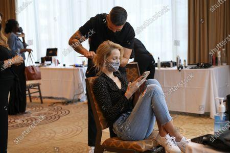 Laura Vandervoort and a model