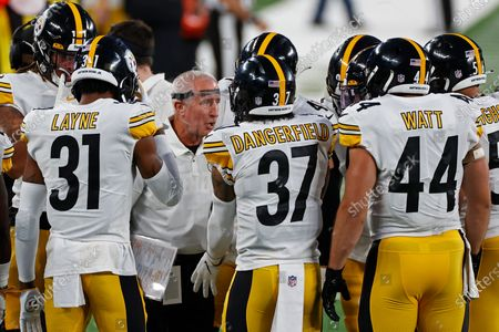Pittsburgh Steelers special teams coach Danny Smith talks to players during an NFL football game against the New York Giants, in East Rutherford, N.J