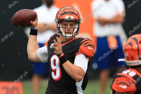Stockafbeelding van Cincinnati Bengals quarterback Joe Burrow (9) throws during the first half of an NFL football game against the Los Angeles Chargers, in Cincinnati. This year's No. 1 overall draft pick, reigning Heisman Trophy winner and just maybe the quarterback to change Cincinnati's fortunes, makes his first road start as the Bengals visit the Cleveland Browns to renew a rivalry Burrow learned about as a youngster