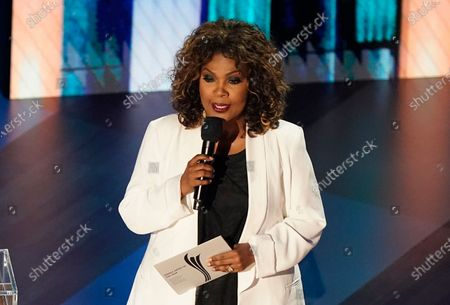 CeCe Winans presents the female artist of the year award during the 55th annual Academy of Country Music Awards at the Grand Ole Opry House, in Nashville, Tenn