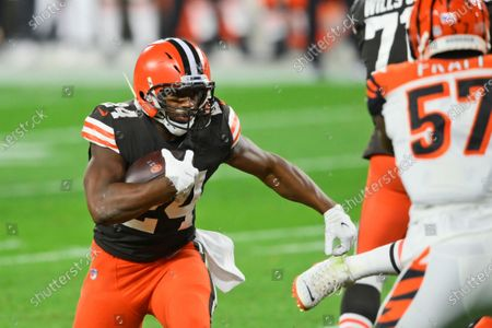 Cleveland Browns running back Nick Chubb rushes for an 11-yard touchdown during the first half of the team's NFL football game against the Cincinnati Bengals, in Cleveland