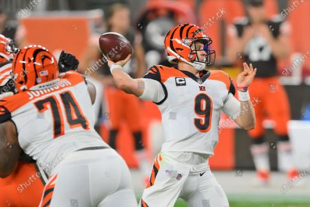 Cincinnati Bengals quarterback Joe Burrow throws a 23-yard touchdown pass to tight end C.J. Uzomah during the first half of an NFL football game against the Cleveland Browns, in Cleveland