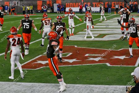 Cleveland Browns running back Kareem Hunt, front, celebrates a 6-yard touchdown against the Cincinnati Bengals during the first half of an NFL football game, in Cleveland