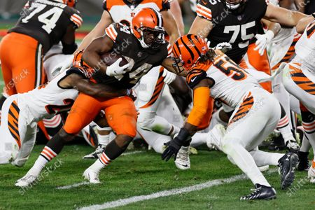 Cleveland Browns running back Nick Chubb rushes for a 1-yard touchdown during the second half of the team' NFL football game against the Cincinnati Bengals, in Cleveland
