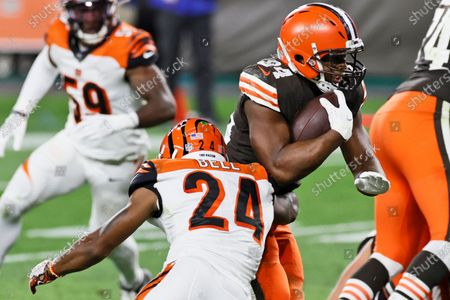 Cleveland Browns running back Nick Chubb rushes for a 1-yard touchdown during the second half of the team's NFL football game against the Cincinnati Bengals, in Cleveland