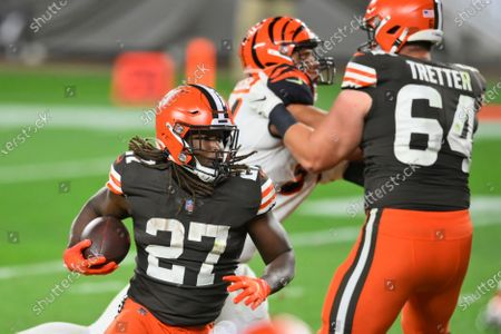 Cleveland Browns running back Kareem Hunt (27) rushes for a 1-yard touchdown during the second half of the team's NFL football game against the Cincinnati Bengals, in Cleveland. The Browns won 35-30