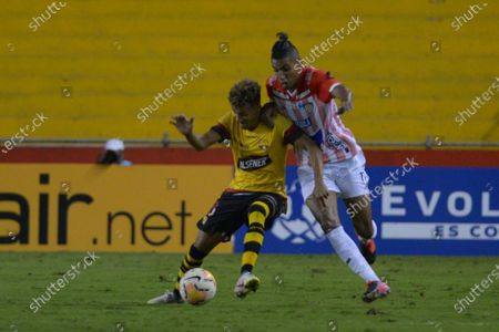 Byron David Castillo (L) of Barcelona SC vies for the ball against Gabriel Rafael Fuentes (R) of Junior during a Copa Libertadores match between Barcelona SC and Atletico Junior at the Monumental stadium in Guayaquil, Ecuador, 17 September 2020.