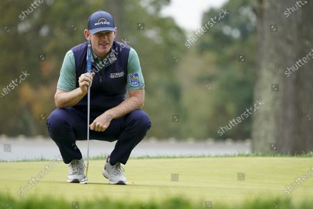 Brandt Snedeker, of the United States, lines up a putt on the seventh green during the second round of the US Open Golf Championship, in Mamaroneck, N.Y