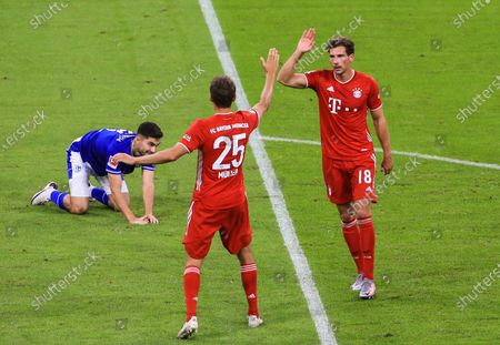 Leon Goretzka (R) of Bayern Munich celebrates his goal with Thomas Mueller (C) during a German Bundesliga match between Bayern Munich and FC Schalke 04 in Munich, Germany, Sept. 18, 2020.