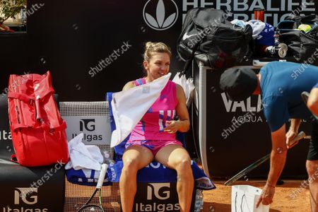 Simona Halep of Romania talks to her coach Darren Cahill after her women's singles quarter-finals round match against Yulia Putintseva of Kazakhstan at the Italian Open tennis tournament in Rome, Italy, 19 September 2020.