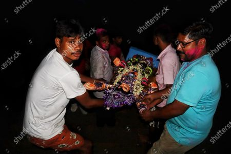 The successful implementation of Covid-19 norms depends not only on the local administration but also on the residents. Recently in Kolkata disregard to not just these regulations but also to personal safety has come to fore. The incident occurred during the immersion of the idol of Lord Vishwakarma in Bagbazar ghat under Bagbazar police limits.