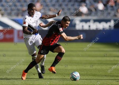 Frankfurt's Steven Zuber (R) in action against Bielefeld's Sergio Cordova (L) during the German Bundesliga soccer match between Eintracht Frankfurt and Arminia Bielefeld in Frankfurt, Germany, 19 September 2020.
