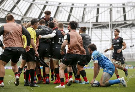 Saracens players celebrate their Try scored by Alex Goode